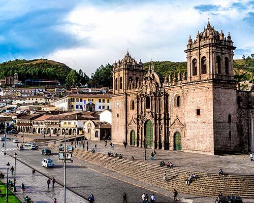 Estructura colonial en cuyo interior se puede divisar obras de arte de artistas peruanos, con cuadros que relatan leyendas y tradiciones ancestrales.