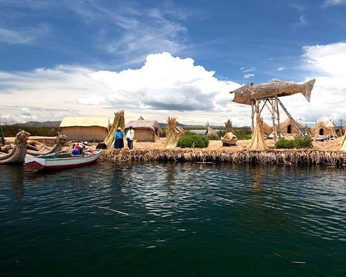 Isla Flotantes de los Uros en Titicaca Puno